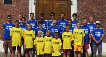 Foto de despedida en la puerta de la iglesia de Kalviai junto con nuestros nuevos amigos lituanos.